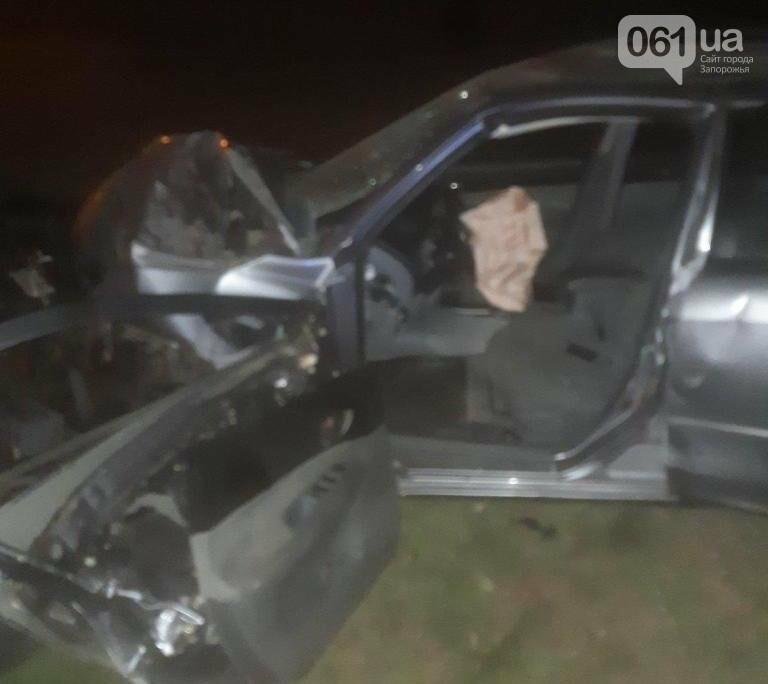 В Запорожье в результате столкновения двух автомобилей, одного из водителей вырезали спасатели, фото-1