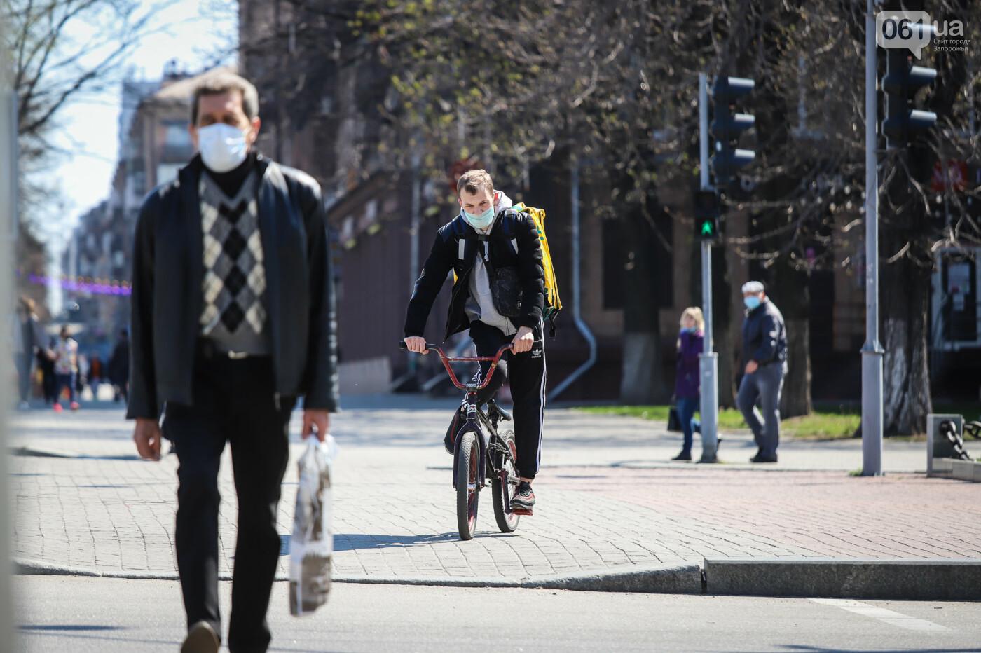 Вход только в масках: как выглядит Запорожье на карантине, - ФОТОРЕПОРТАЖ, фото-1