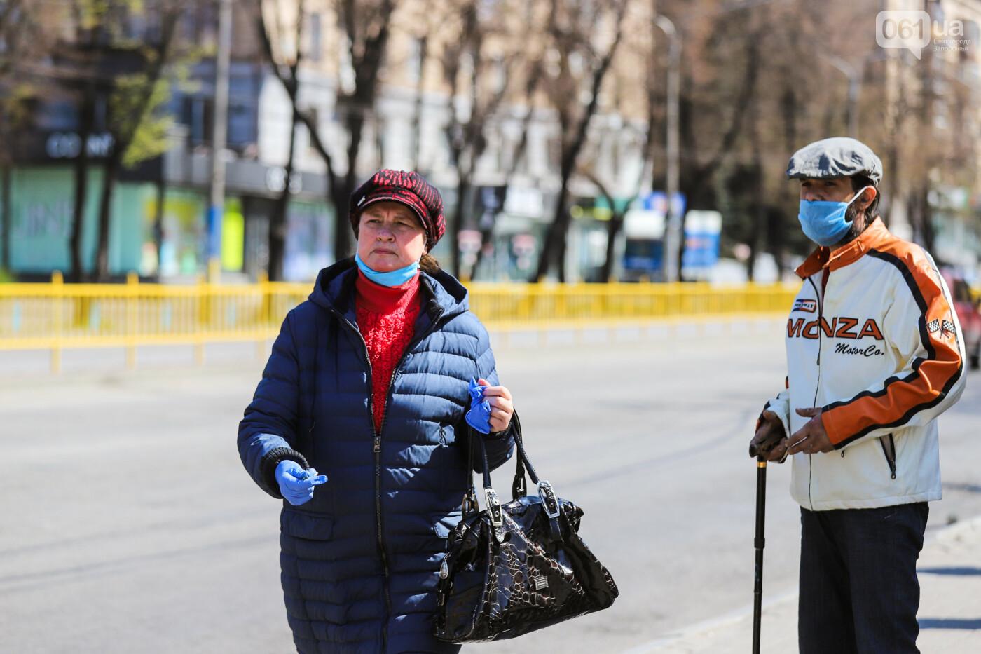 Вход только в масках: как выглядит Запорожье на карантине, - ФОТОРЕПОРТАЖ, фото-25