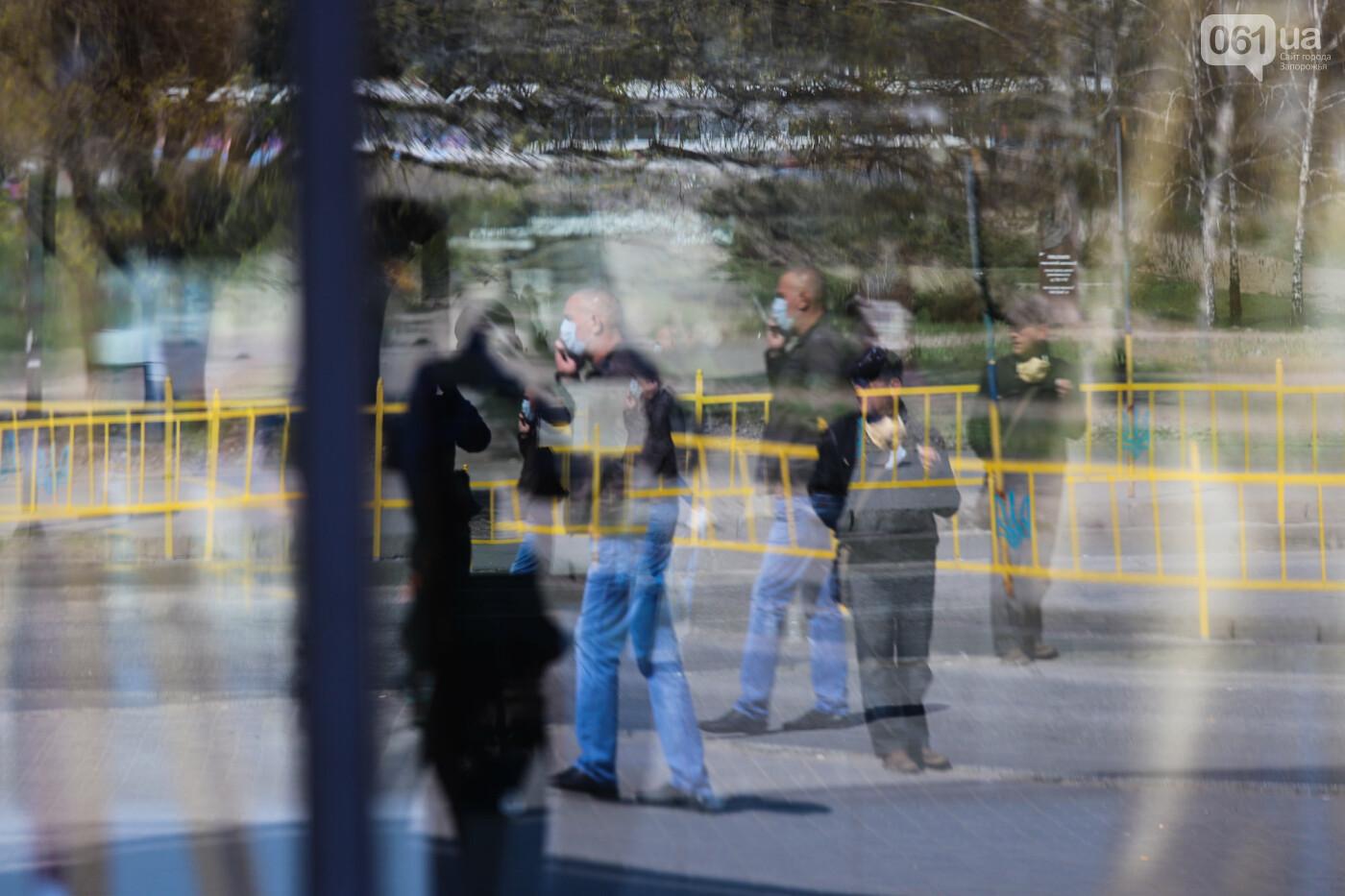 Вход только в масках: как выглядит Запорожье на карантине, - ФОТОРЕПОРТАЖ, фото-30