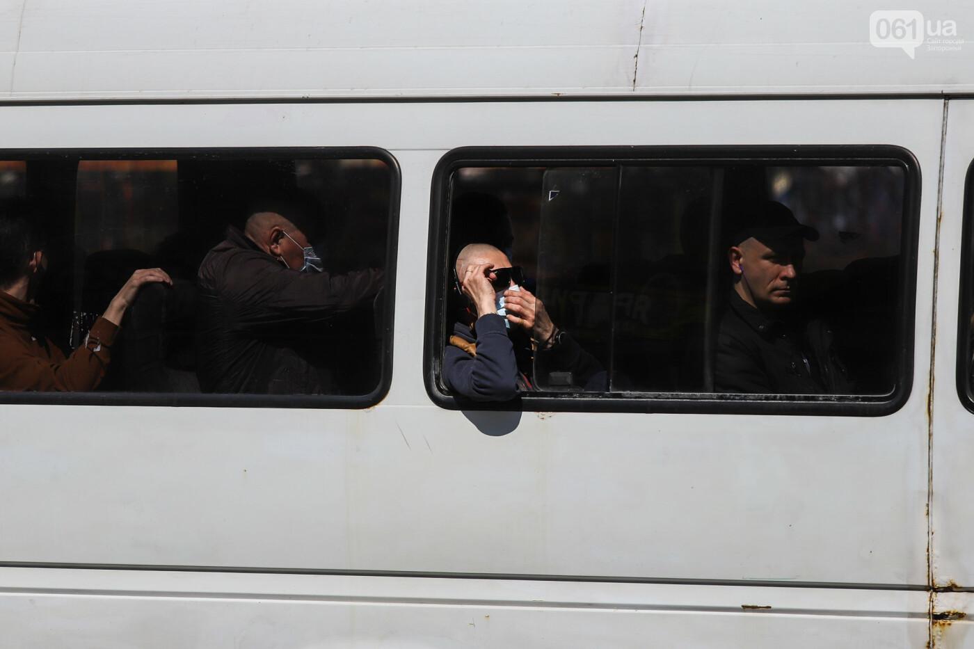 Вход только в масках: как выглядит Запорожье на карантине, - ФОТОРЕПОРТАЖ, фото-31