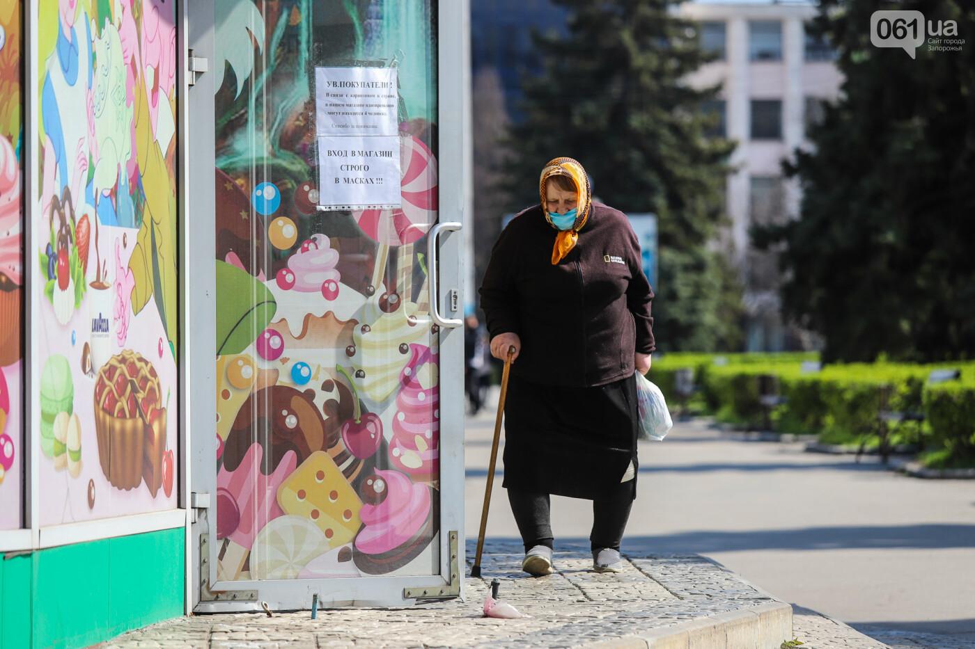 Вход только в масках: как выглядит Запорожье на карантине, - ФОТОРЕПОРТАЖ, фото-39