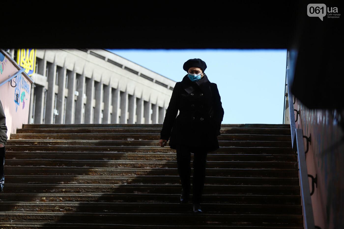 Вход только в масках: как выглядит Запорожье на карантине, - ФОТОРЕПОРТАЖ, фото-15