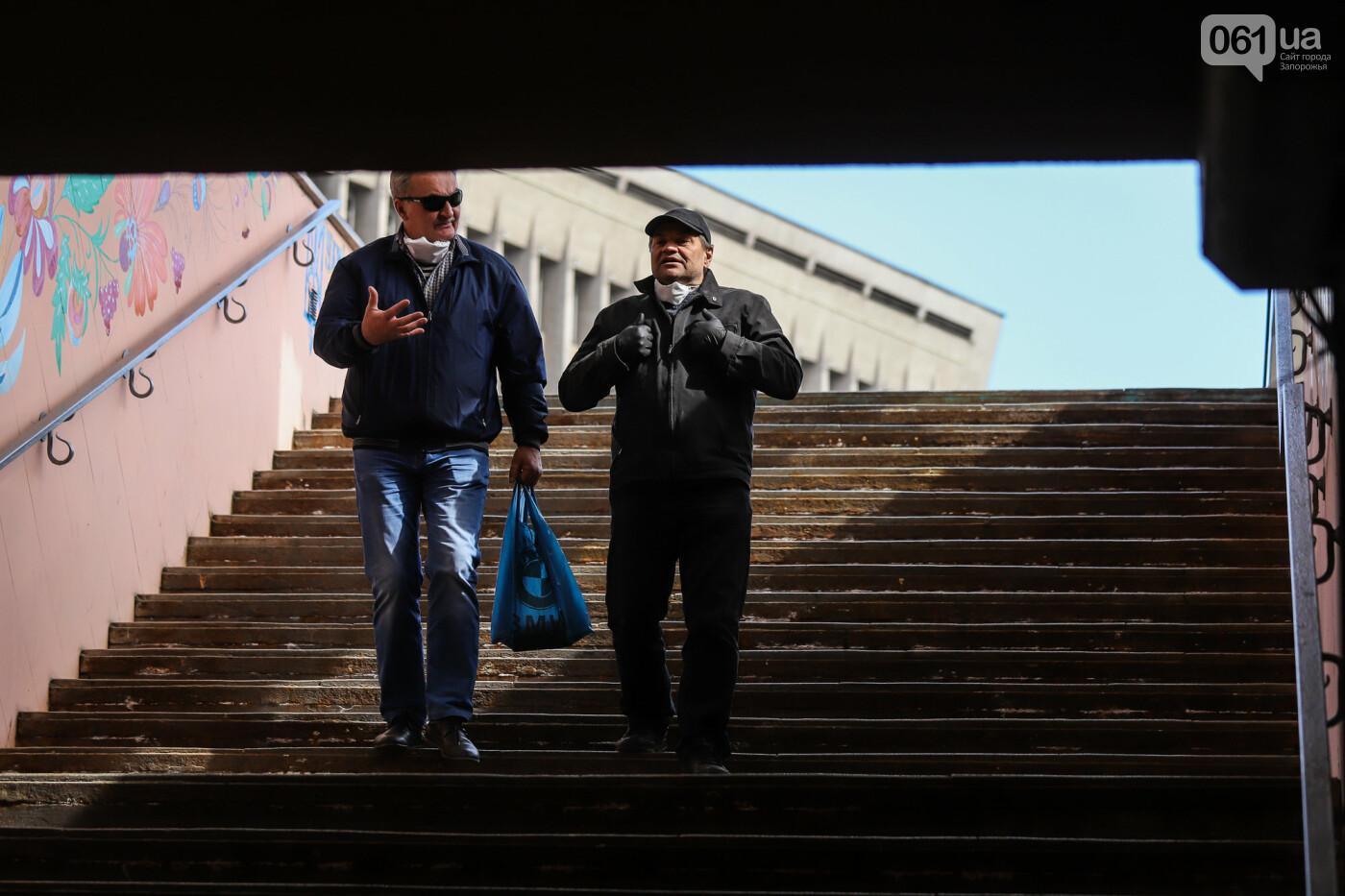 Вход только в масках: как выглядит Запорожье на карантине, - ФОТОРЕПОРТАЖ, фото-16