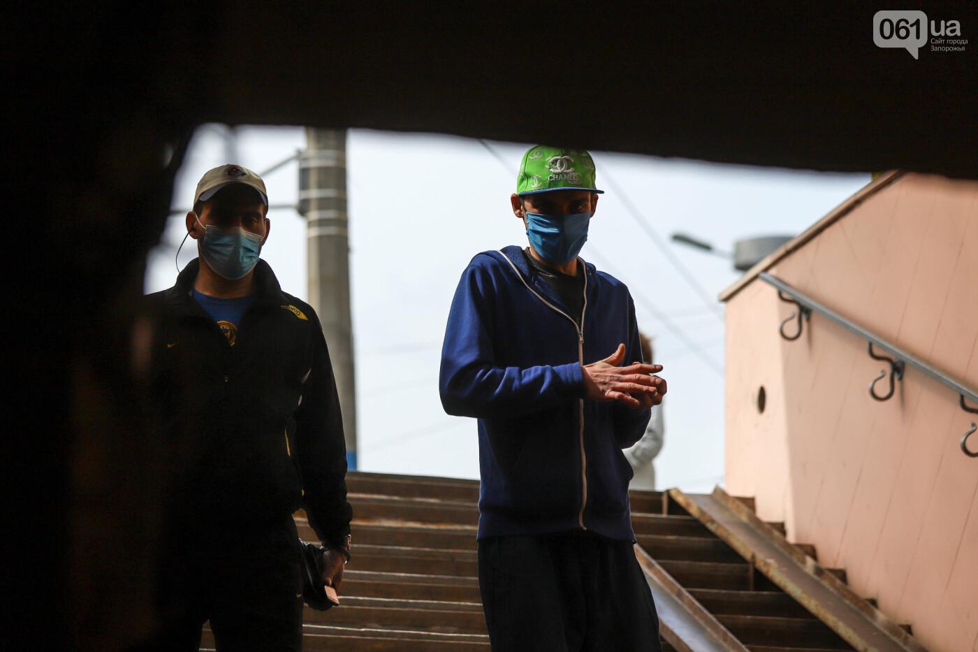 Вход только в масках: как выглядит Запорожье на карантине, - ФОТОРЕПОРТАЖ, фото-19