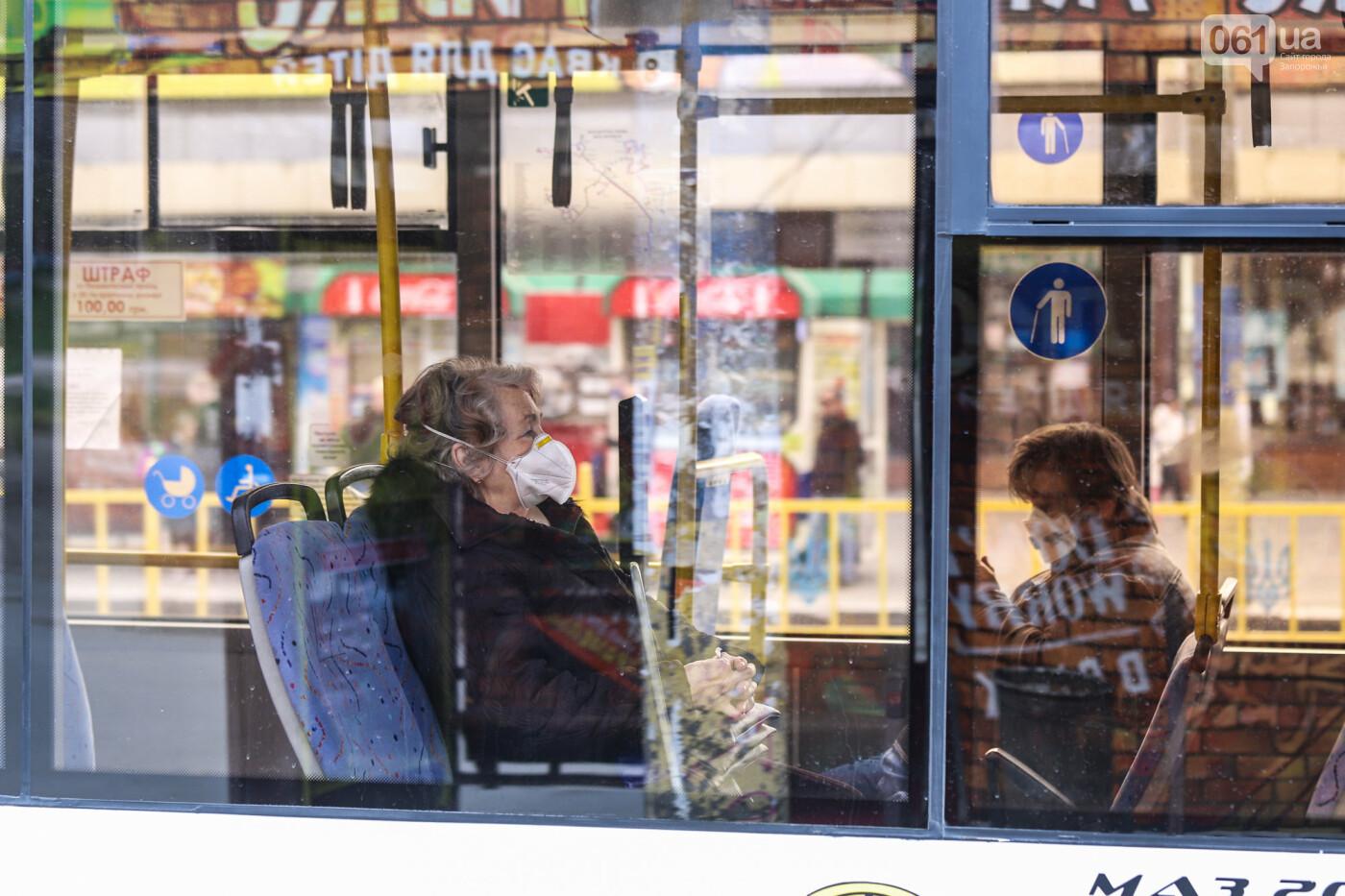 Вход только в масках: как выглядит Запорожье на карантине, - ФОТОРЕПОРТАЖ, фото-34