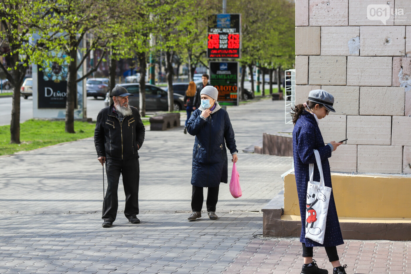 Вход только в масках: как выглядит Запорожье на карантине, - ФОТОРЕПОРТАЖ, фото-43