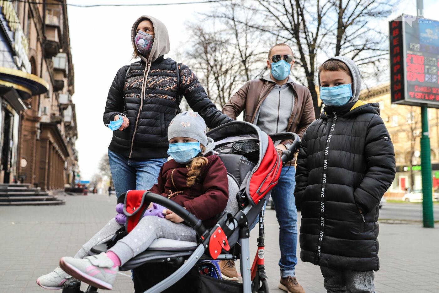 Вход только в масках: как выглядит Запорожье на карантине, - ФОТОРЕПОРТАЖ, фото-10