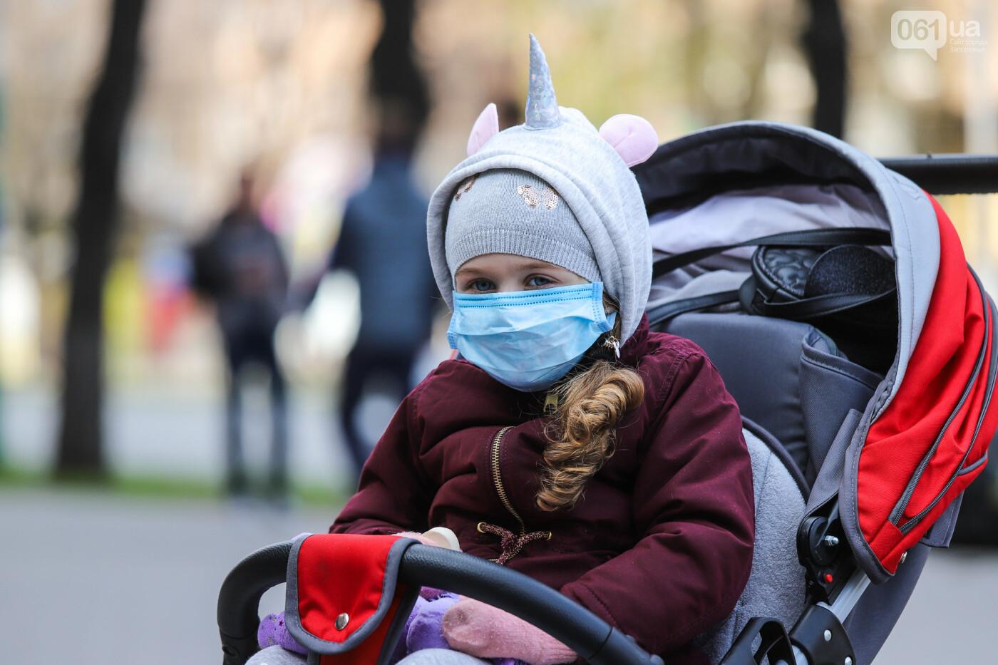 Вход только в масках: как выглядит Запорожье на карантине, - ФОТОРЕПОРТАЖ, фото-11
