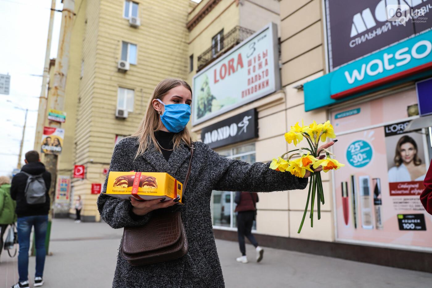 Вход только в масках: как выглядит Запорожье на карантине, - ФОТОРЕПОРТАЖ, фото-53