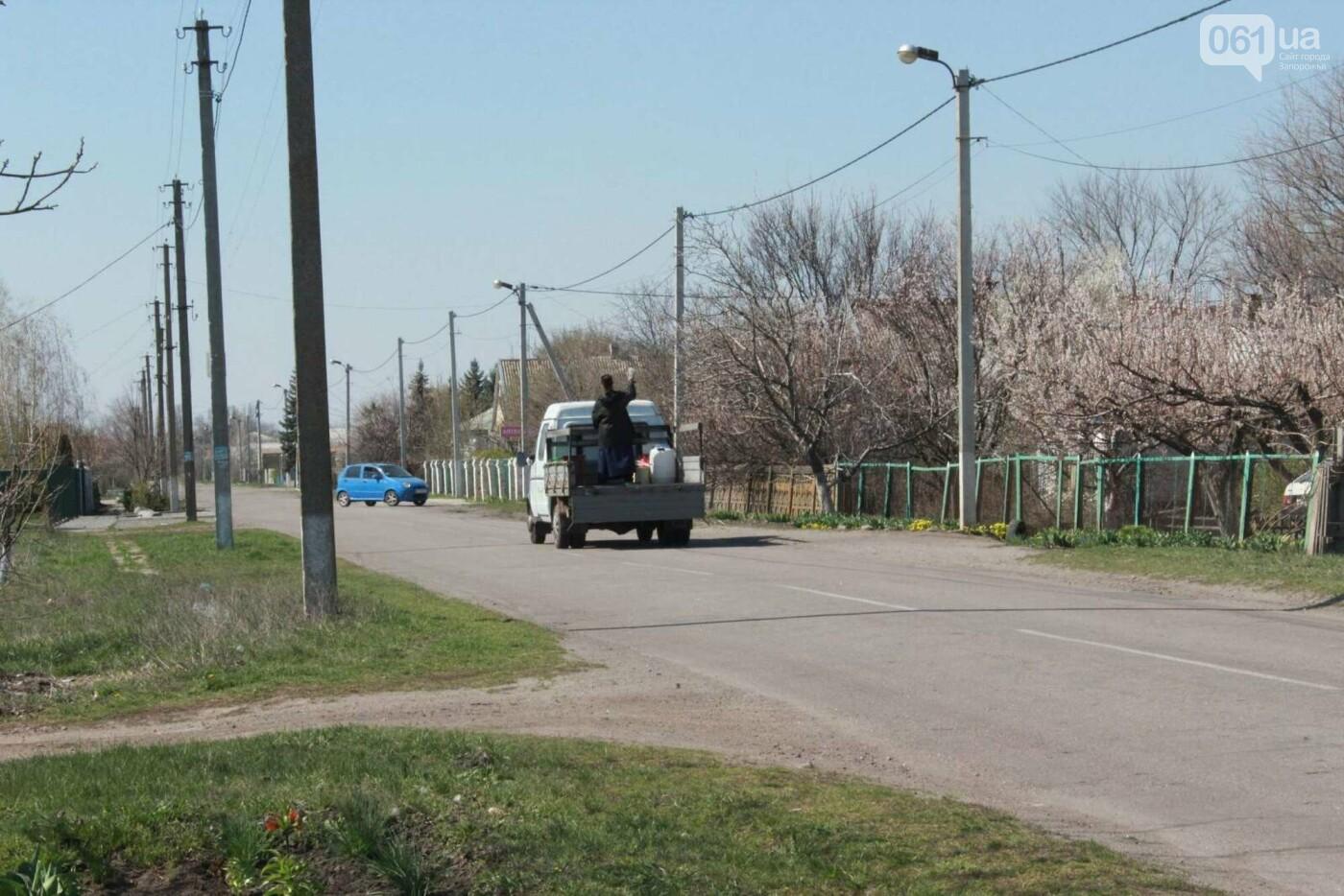 От коронавируса: в Запорожской области священник на грузовике окропил села святой водой , фото-3
