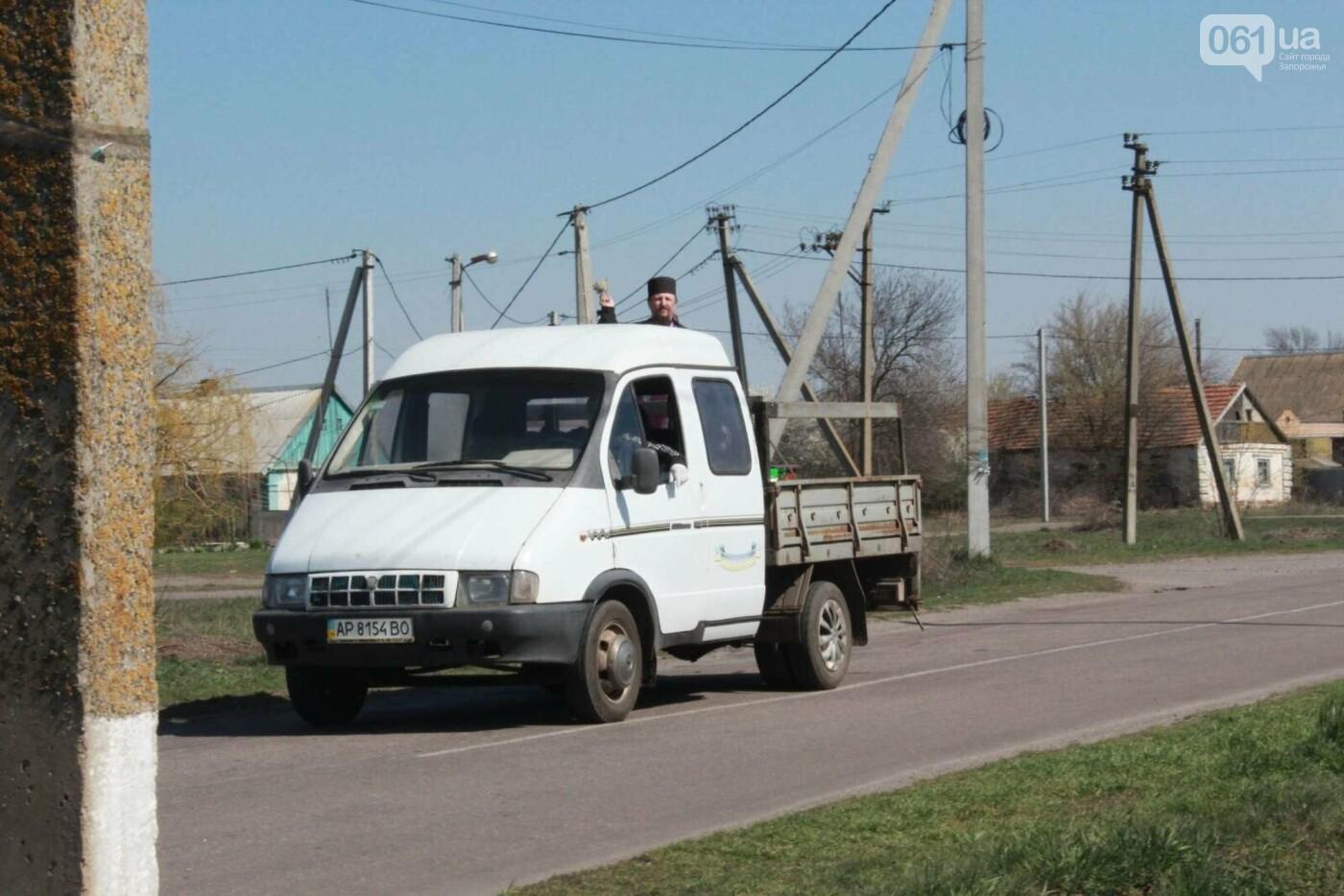 От коронавируса: в Запорожской области священник на грузовике окропил села святой водой , фото-1