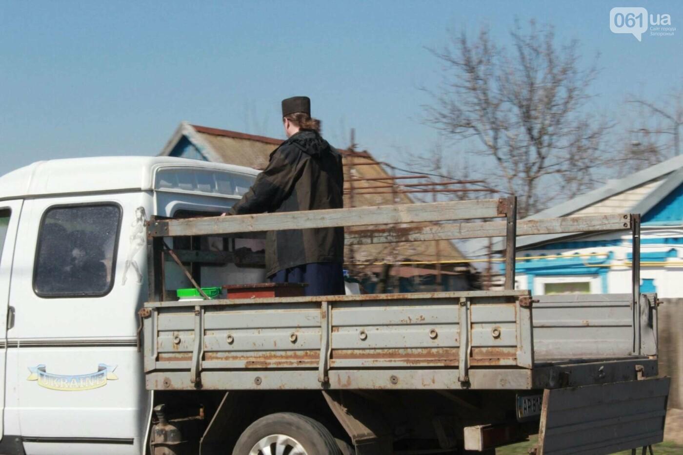 От коронавируса: в Запорожской области священник на грузовике окропил села святой водой , фото-2