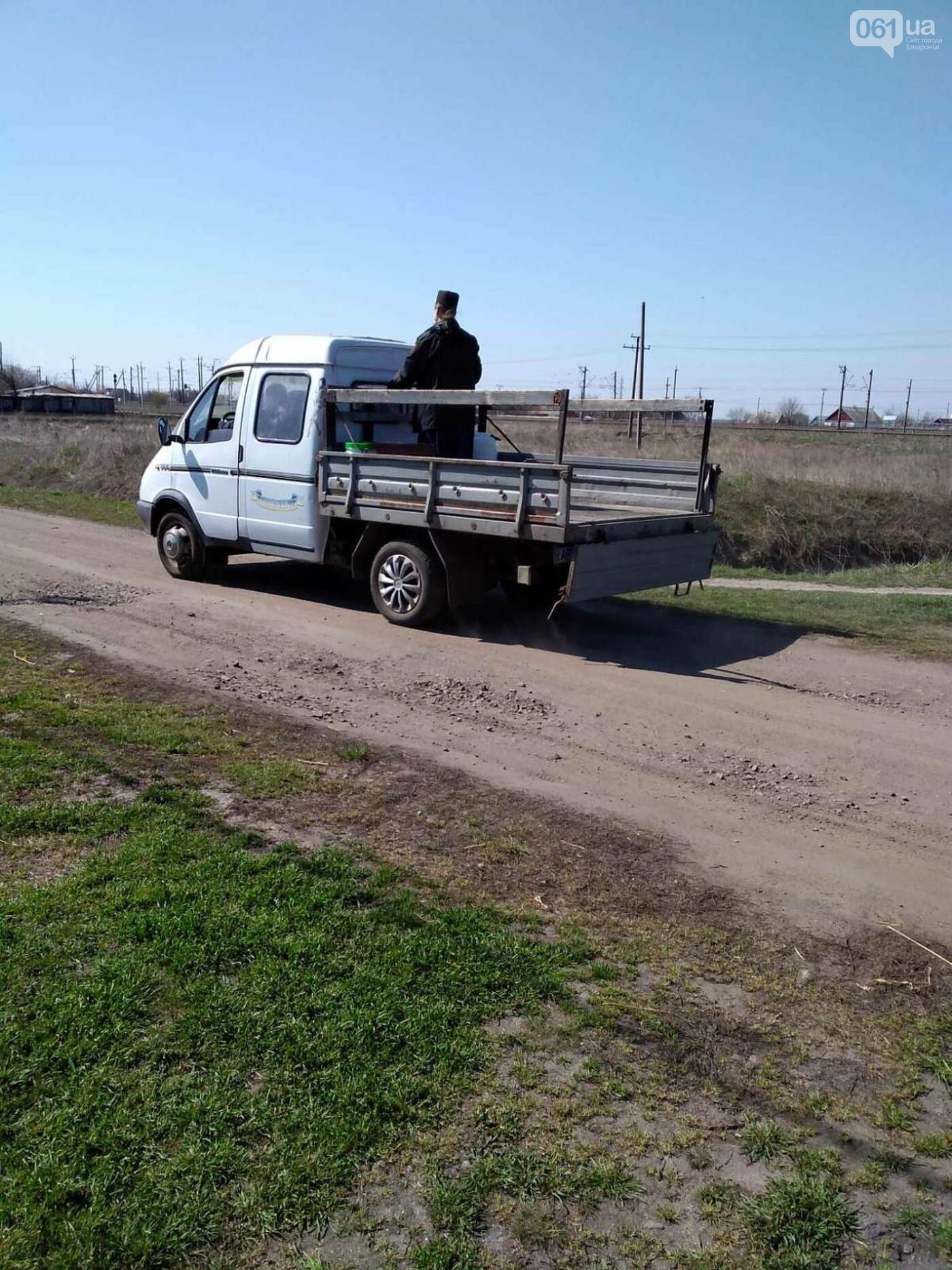 От коронавируса: в Запорожской области священник на грузовике окропил села святой водой , фото-4