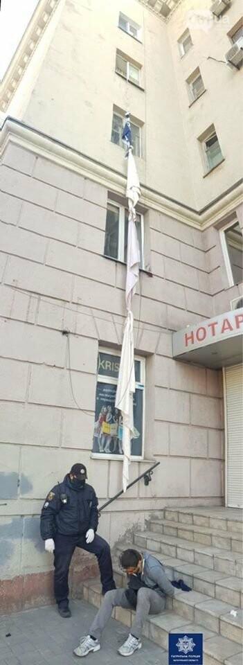 В Запорожье квартирный вор спустился с четвертого этажа на связанных между собой простынях , фото-1
