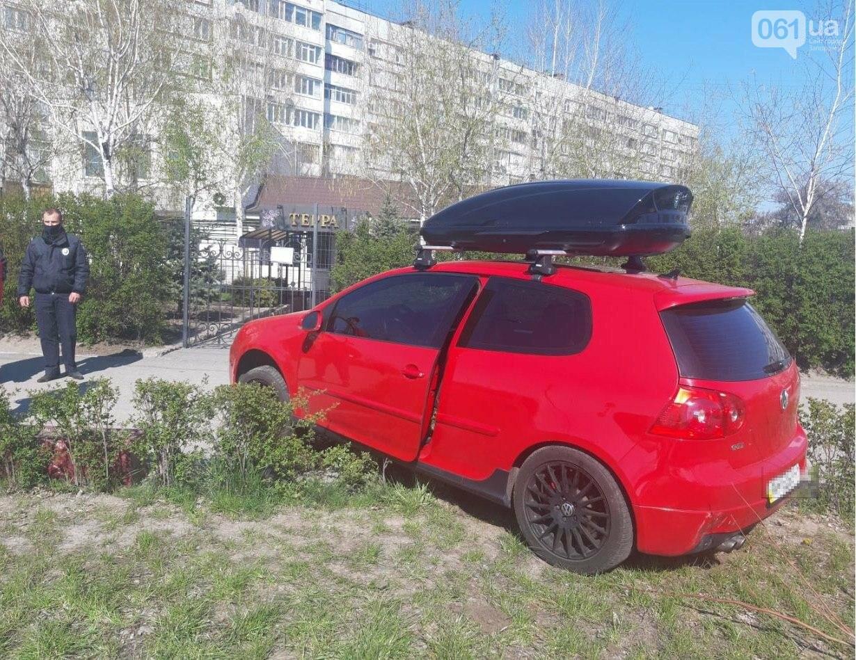 В Запорожье пьяный водитель Volkswagen Golf сбил мотоциклиста, пытался сбежать, но вылетел с дороги, фото-1