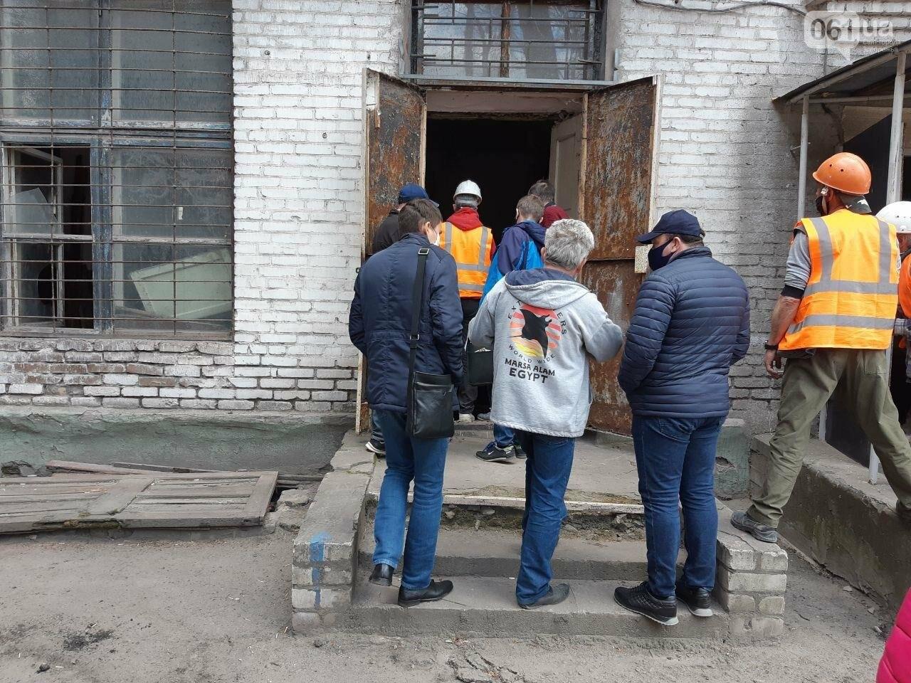 В Запорожье в жилом доме обвалилась опорная стена: открыто уголовное дело, людей переселяют в общежития, - ФОТОРЕПОРТАЖ, фото-11