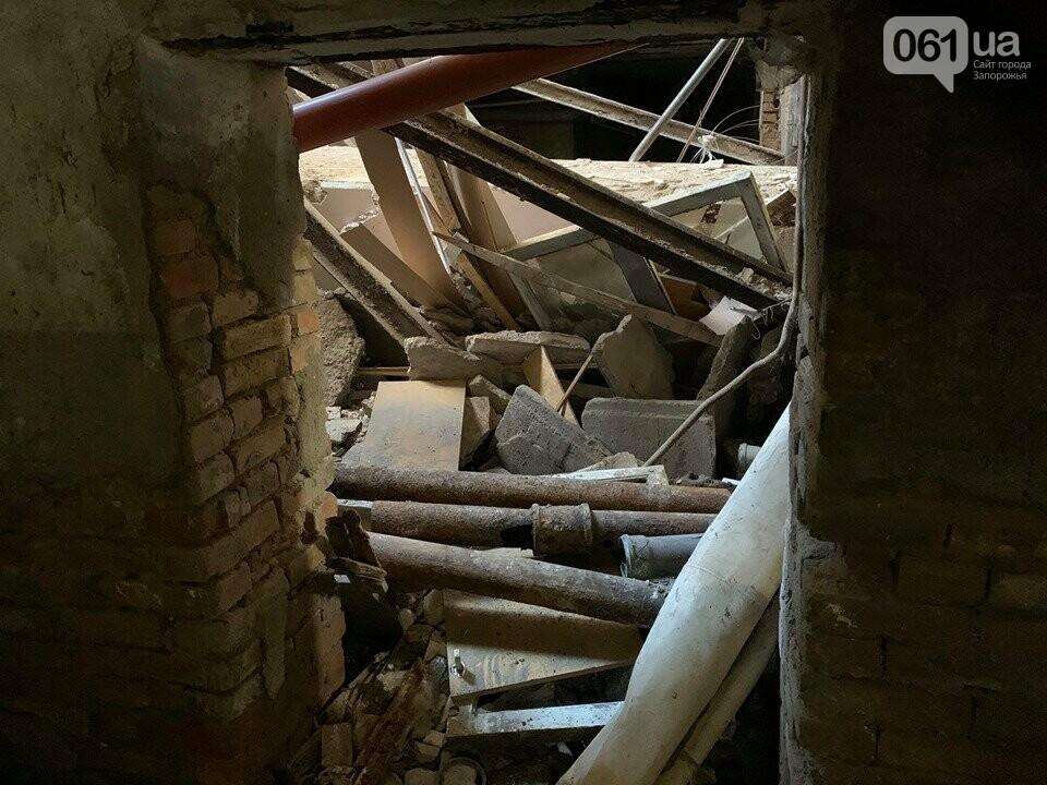 В Запорожье в аварийном доме установили временную опору — в квартирах на верхних этажах есть трещины, - ФОТО, фото-4