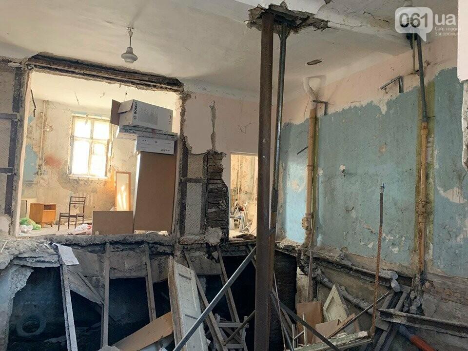 В Запорожье в аварийном доме установили временную опору — в квартирах на верхних этажах есть трещины, - ФОТО, фото-1