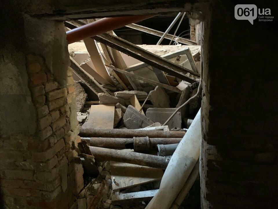 В Запорожье в аварийном доме установили временную опору — в квартирах на верхних этажах есть трещины, - ФОТО, фото-5