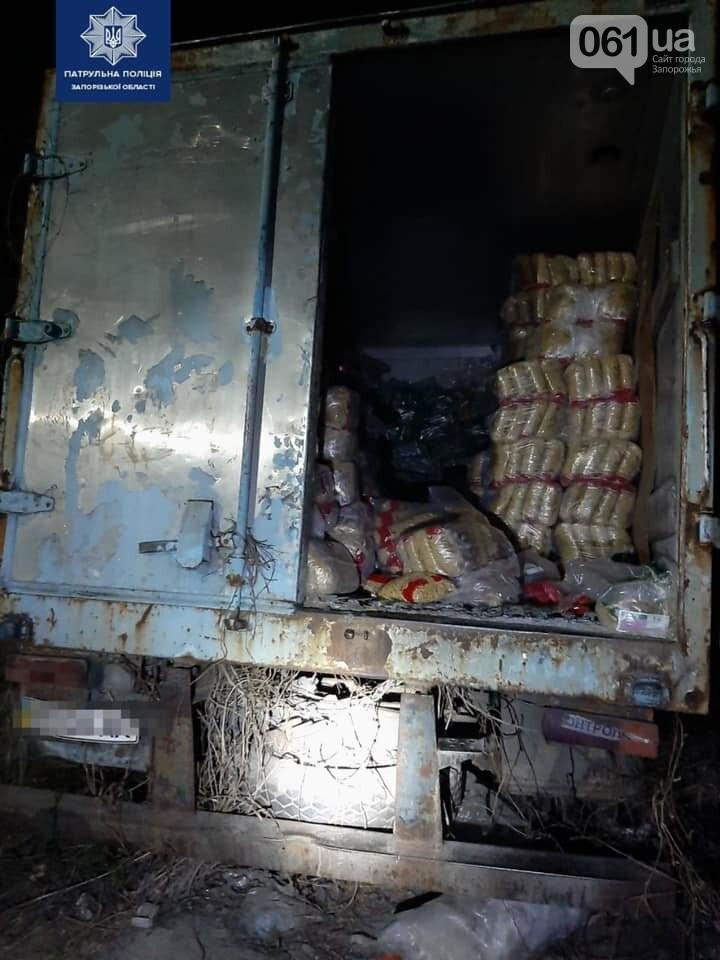 Житель Запорожья ночью украл из грузовика 65 пачек макарон, фото-2