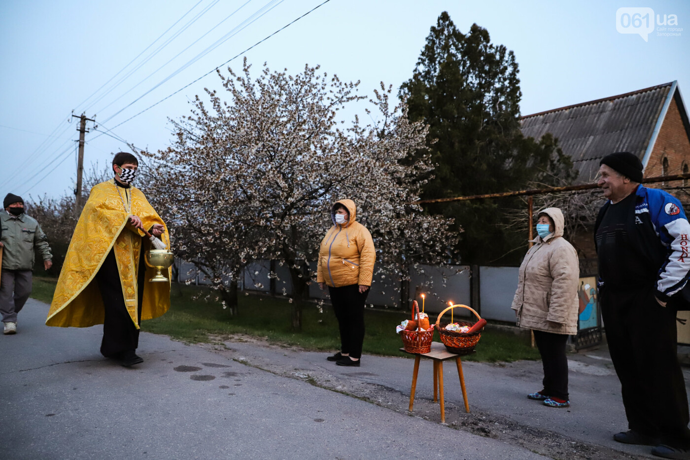 Освящение пасок у дворов на сельских улицах и полицейские возле храмов вместо прихожан: как празднуют Пасху в Запорожье, - ФОТОРЕПОРТАЖ, фото-11