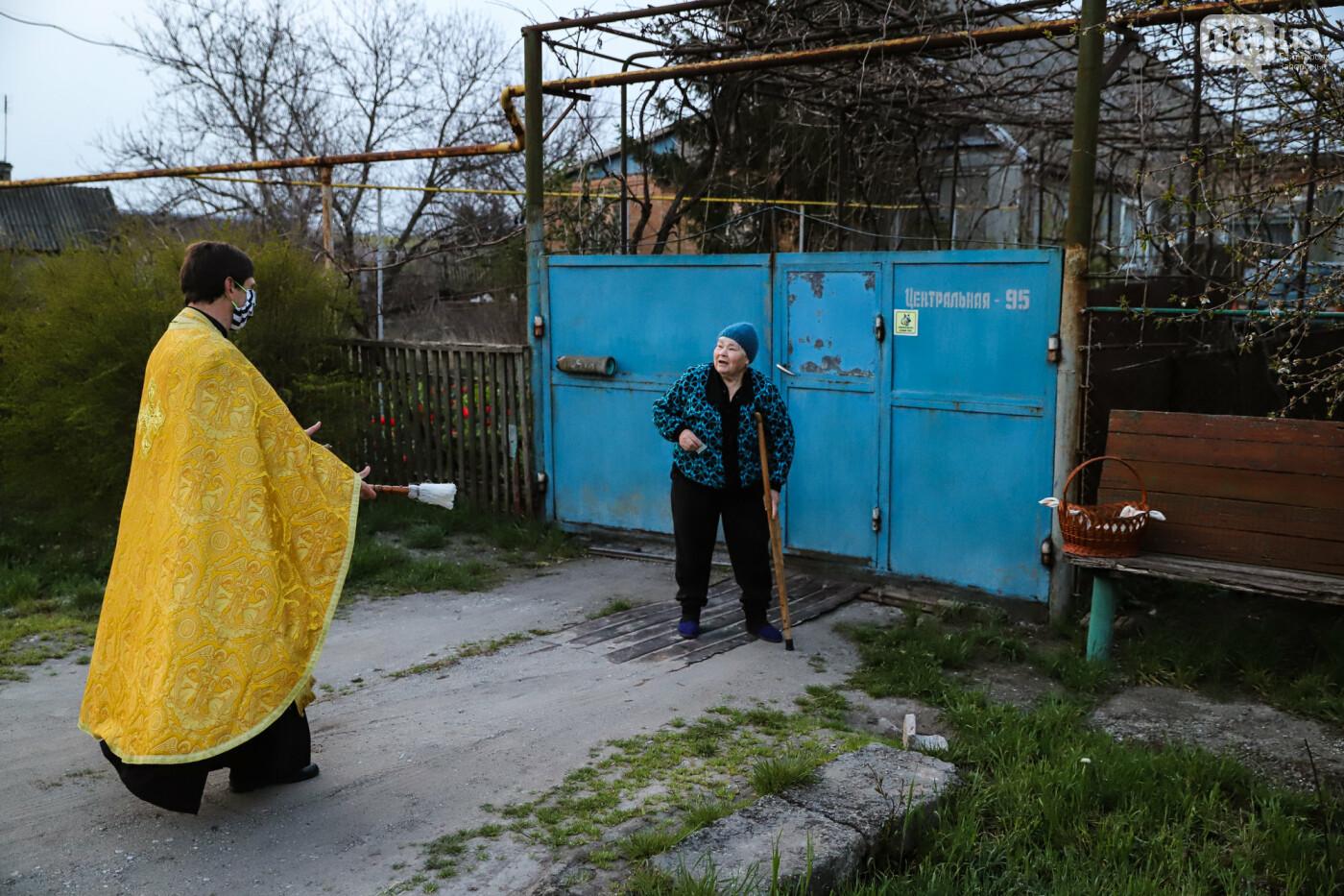Освящение пасок у дворов на сельских улицах и полицейские возле храмов вместо прихожан: как празднуют Пасху в Запорожье, - ФОТОРЕПОРТАЖ, фото-18