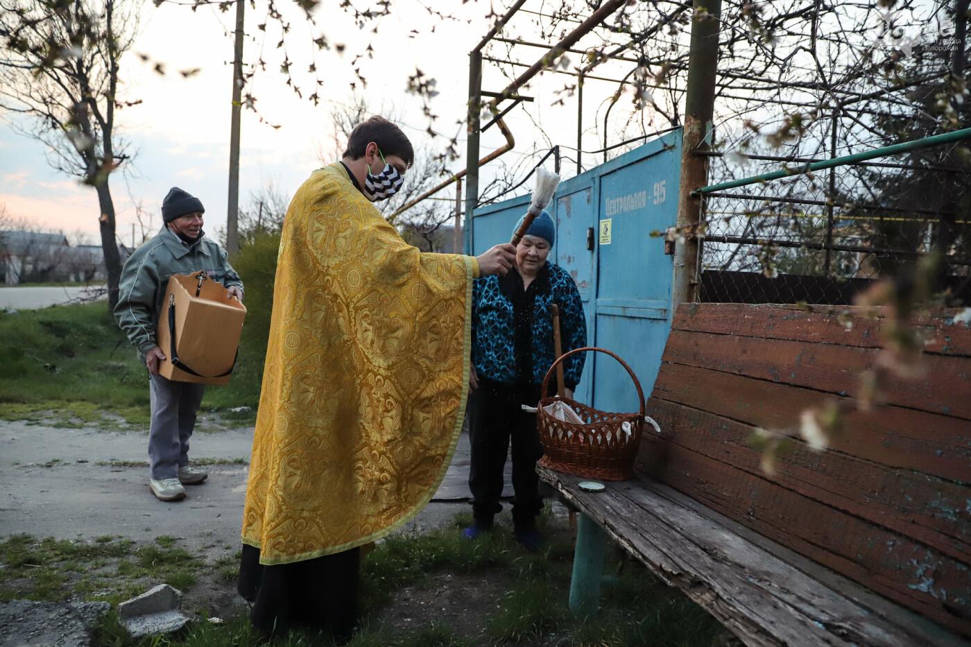 Освящение пасок у дворов на сельских улицах и полицейские возле храмов вместо прихожан: как празднуют Пасху в Запорожье, - ФОТОРЕПОРТАЖ, фото-20