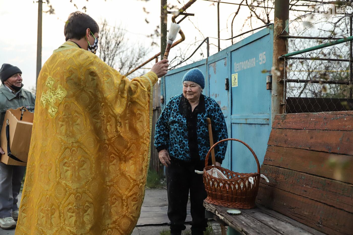 Освящение пасок у дворов на сельских улицах и полицейские возле храмов вместо прихожан: как празднуют Пасху в Запорожье, - ФОТОРЕПОРТАЖ, фото-19