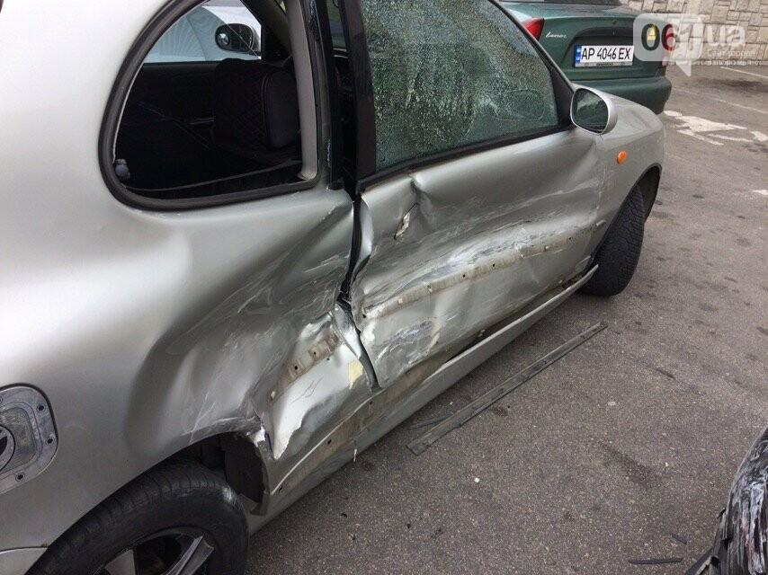 В Запорожье водитель Porsche Panamera протаранила 4 припаркованных авто возле ТЦ - видео момента ДТП, фото-3
