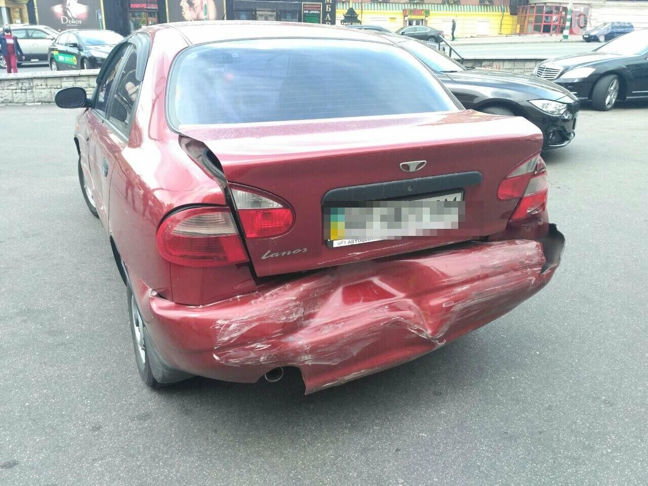 В Запорожье водитель Porsche Panamera протаранила 4 припаркованных авто возле ТЦ - видео момента ДТП, фото-4