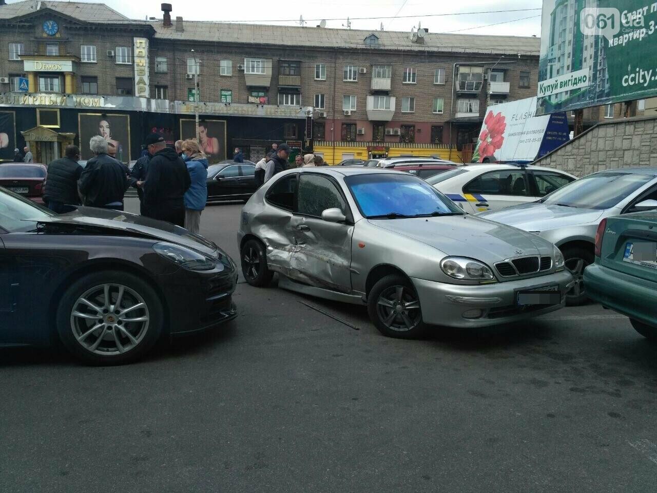 В Запорожье водитель Porsche Panamera протаранила 4 припаркованных авто возле ТЦ - видео момента ДТП, фото-1