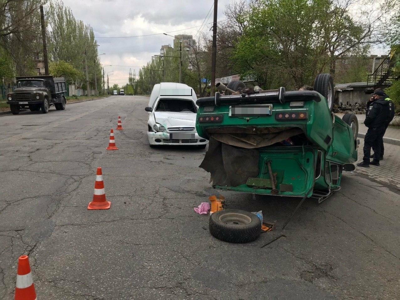 В Запорожье в результате аварии перевернулся автомобиль, - ФОТОФАКТ, фото-2