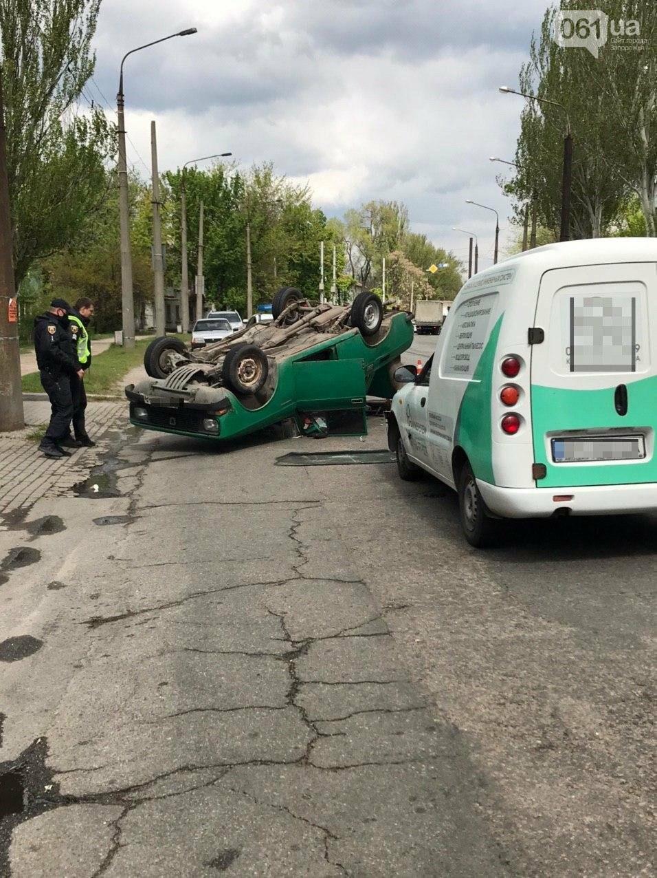 В Запорожье в результате аварии перевернулся автомобиль, - ФОТОФАКТ, фото-1