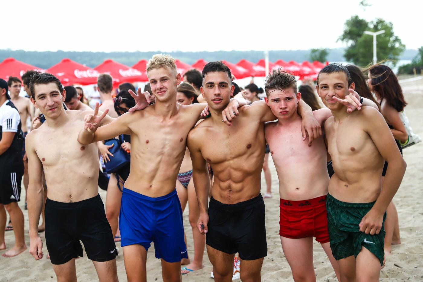 На пляже в Запорожье зажгли желто-синие дымовые шашки и установили рекорд Украины, - ФОТОРЕПОРТАЖ, фото-1