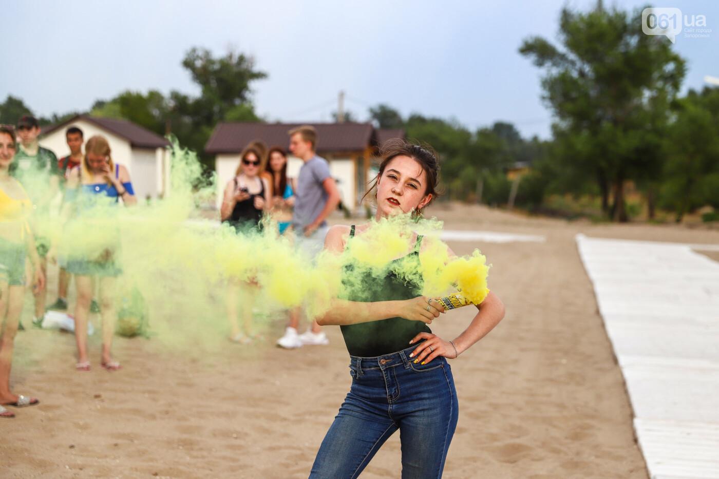 На пляже в Запорожье зажгли желто-синие дымовые шашки и установили рекорд Украины, - ФОТОРЕПОРТАЖ, фото-19
