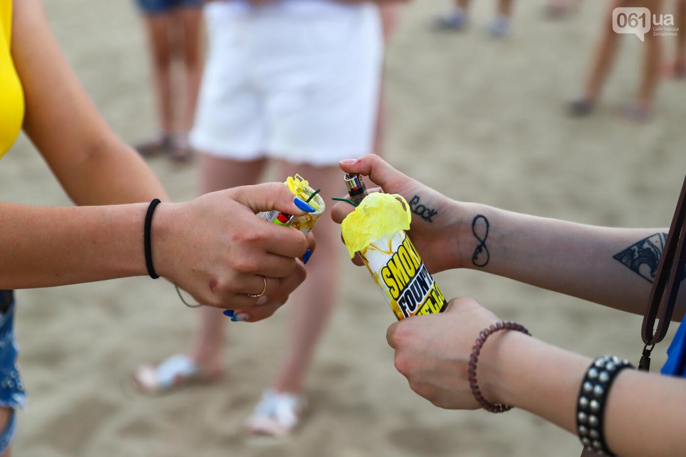 На пляже в Запорожье зажгли желто-синие дымовые шашки и установили рекорд Украины, - ФОТОРЕПОРТАЖ, фото-16