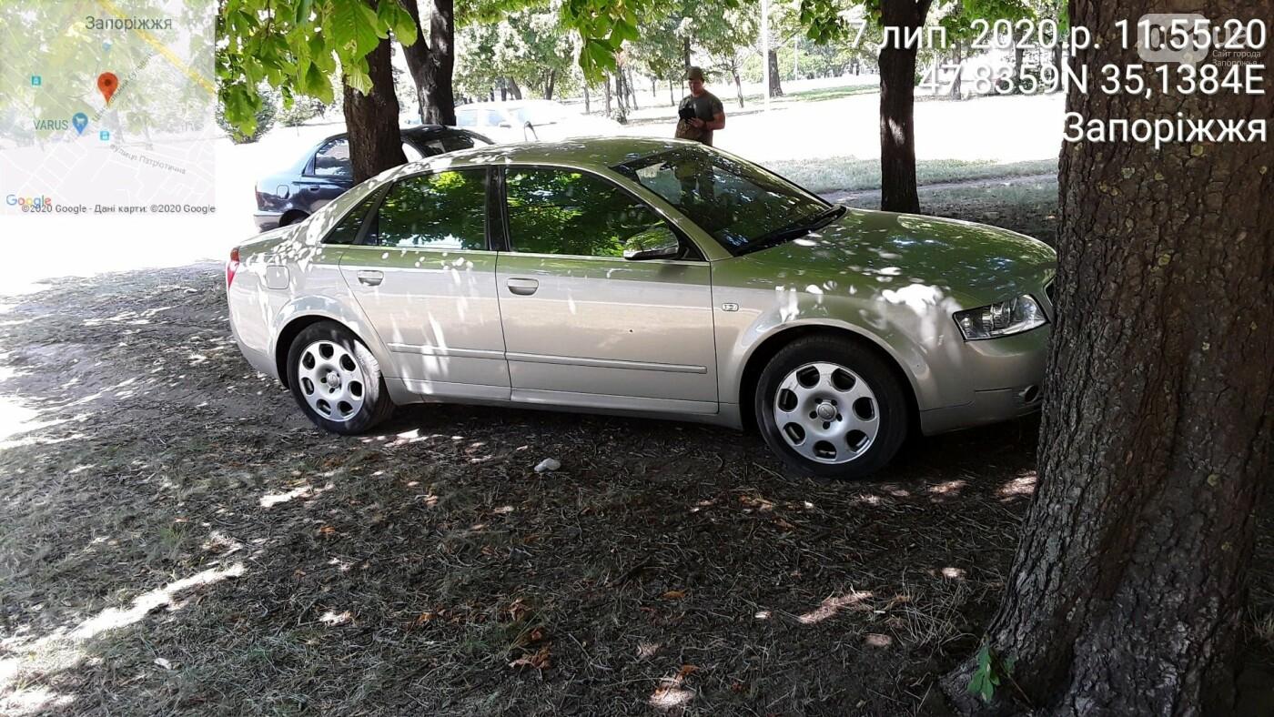 «Удивительно, что в фонтаны не заехали»: в Запорожье оштрафовали водителей, которые припарковались в парке на Фестивальной, фото-2