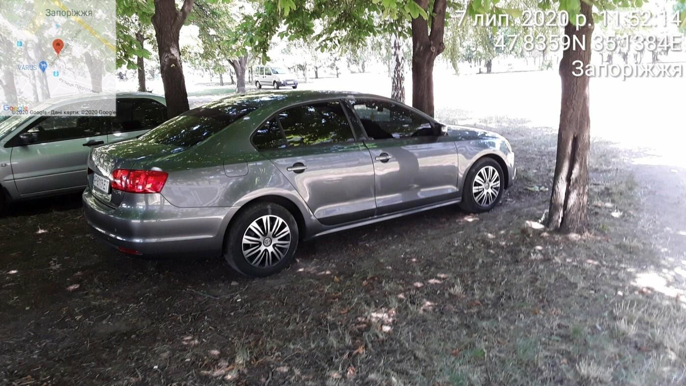 «Удивительно, что в фонтаны не заехали»: в Запорожье оштрафовали водителей, которые припарковались в парке на Фестивальной, фото-3