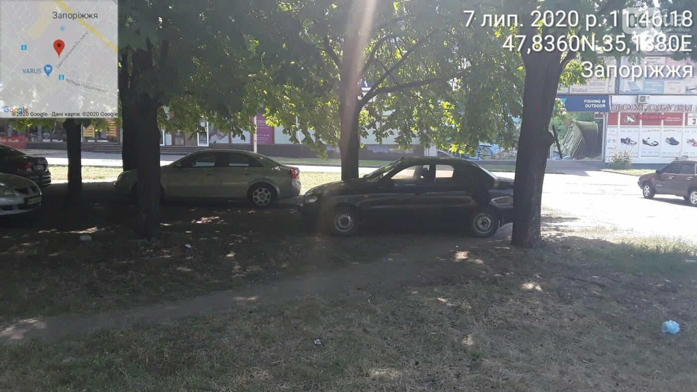«Удивительно, что в фонтаны не заехали»: в Запорожье оштрафовали водителей, которые припарковались в парке на Фестивальной, фото-4