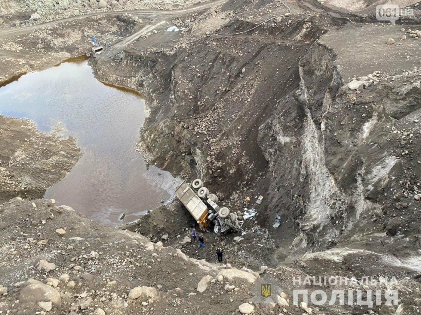 В Запорожье на шлаковых отвалах грузовик упал с 25-метровой высоты - водитель погиб , фото-1