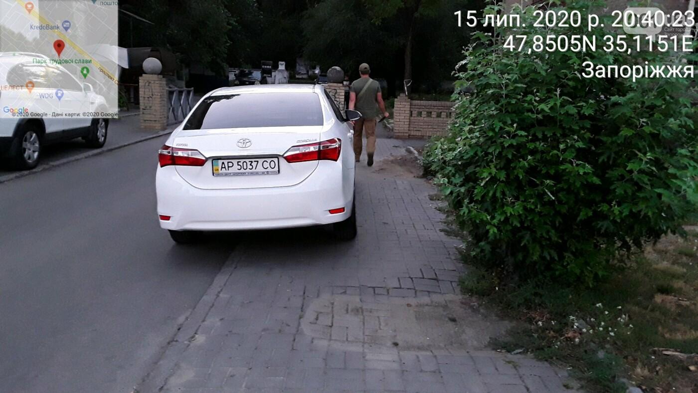 В Запорожье нарушители пытались спрятать номер авто от парковщиков, но те выписали штраф на месте, фото-2
