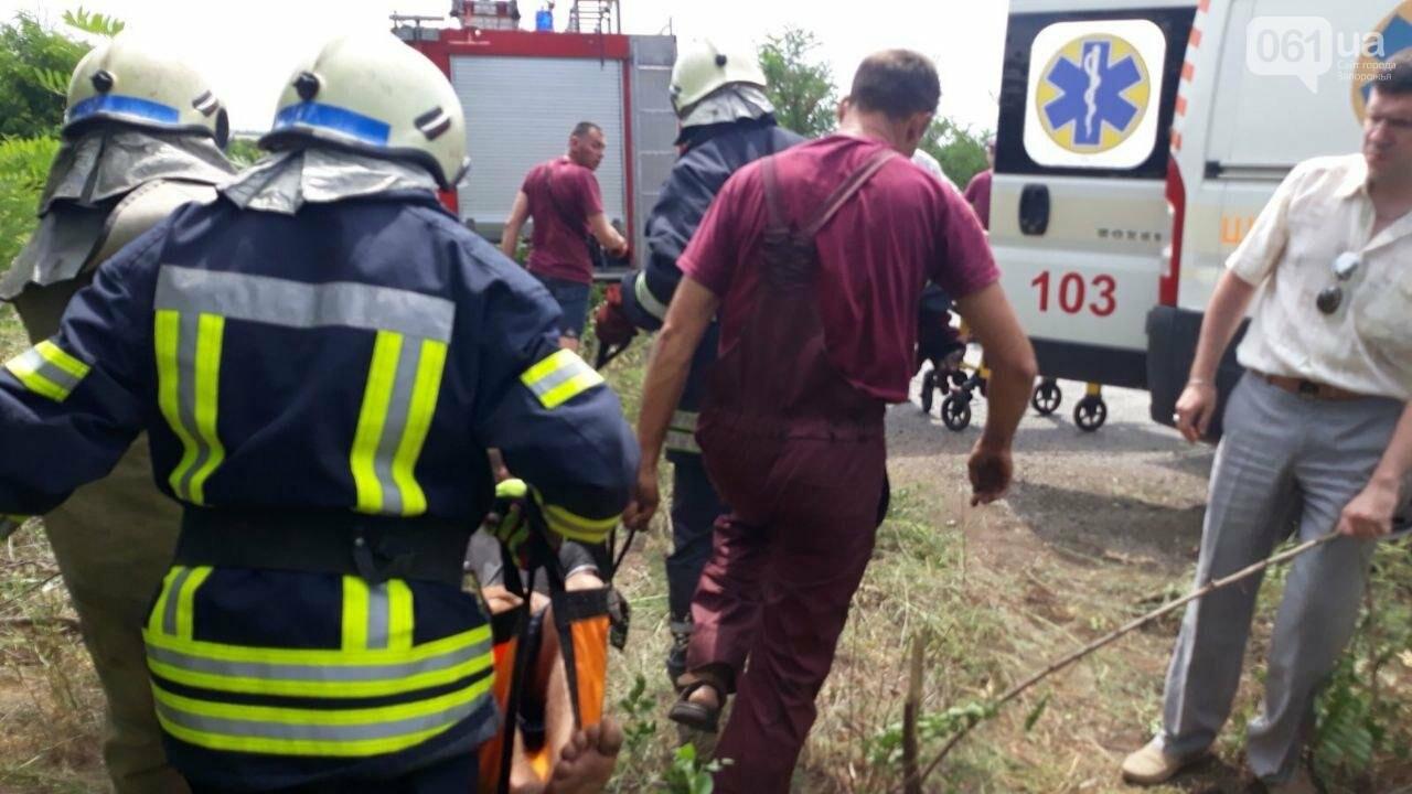 В Запорожской области грузовой автомобиль съехал в кювет и перевернулся: водителя пришлось деблокировать спасателям, - ФОТО, фото-1