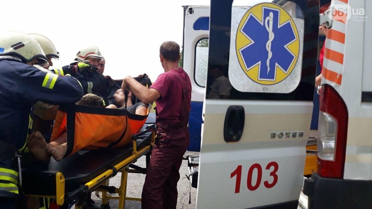 В Запорожской области грузовой автомобиль съехал в кювет и перевернулся: водителя пришлось деблокировать спасателям, - ФОТО, фото-2