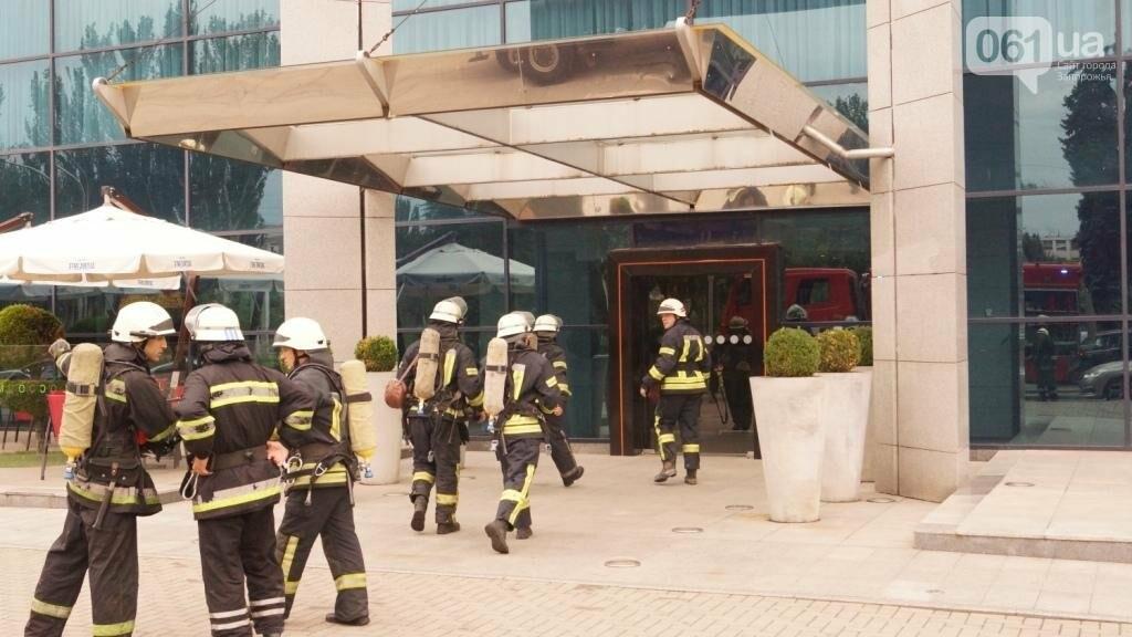 """В Запорожье из-за дыма на одном из этажей отеля """"Интурист"""" к зданию приехали 15 пожарных машин , фото-3"""