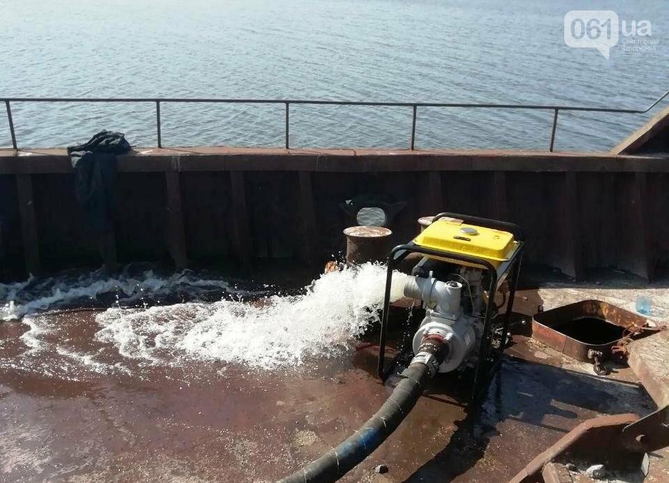 В Каховском водохранилище баржа получила пробоину, фото-4