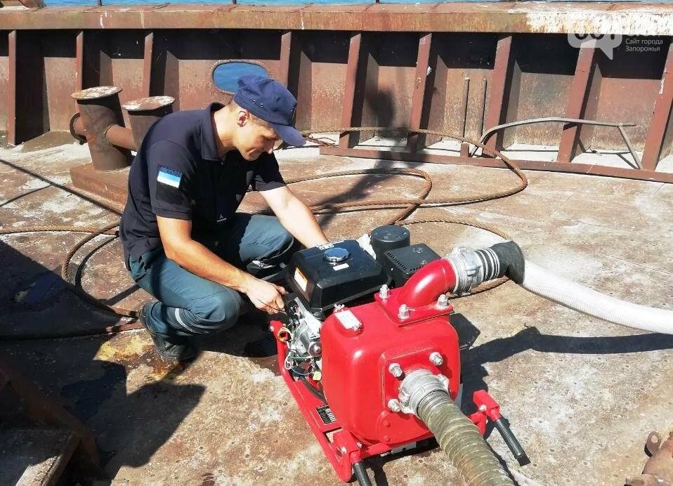 В Каховском водохранилище баржа получила пробоину, фото-2