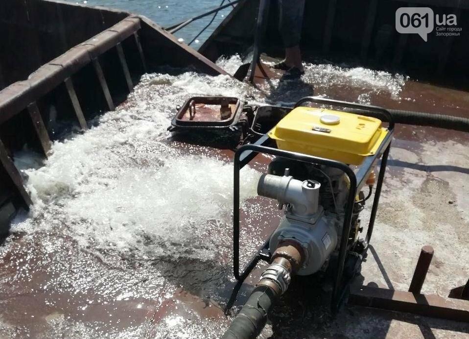 В Каховском водохранилище баржа получила пробоину, фото-1