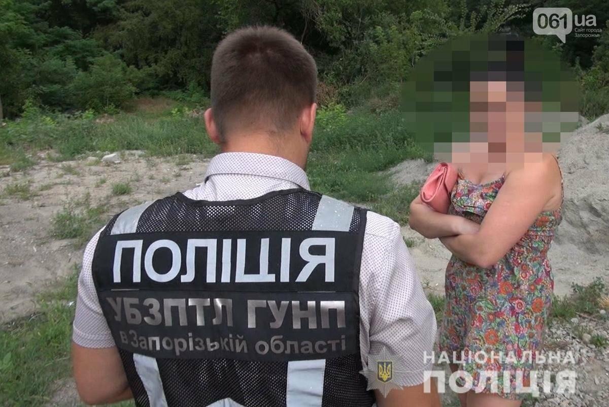 Запорожские полицейские отправились в рейд на трассу штрафовать секс-работниц , фото-2