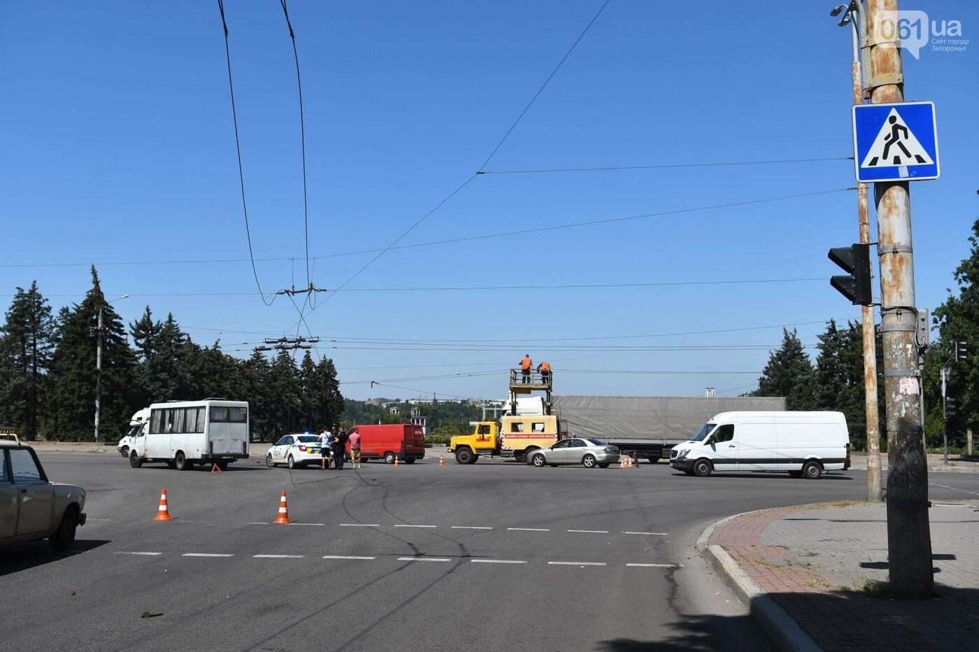 В Запорожье фура оборвала троллеи - провода упали на маршрутку, - ФОТО, фото-2